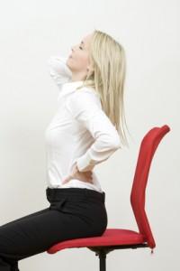 Frau auf einem Bürostuhl
