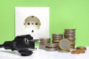 Eine Steckdose mit einem Stecker und Geld