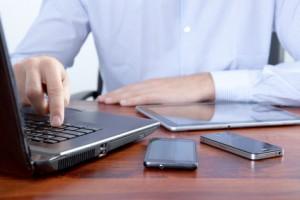 Businessmann mit seinem Laptop am Arbeitsplatz