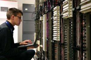 Jemand arbeitet an einem riesigen Serversystem