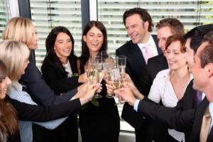 Mitarbeiter trinken Sekt