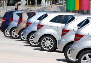 parkende Autos in einer Reihe