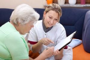 Senioren bei Krankenkassenfindung