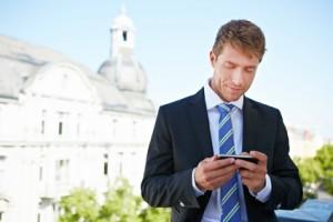 Unternehmer mit Smartphone in der Hand in Berlin