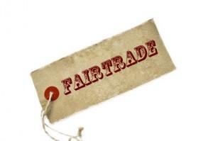 Ein Anhänger mit einem Fairtrade Schriftdruck