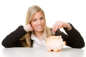 Frau wirkt Geld in ein Sparschwein