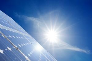 Eine Solarfläche mit einer strahlenden Sonne darüber