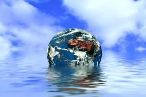 Plastikerdball der in Wasser versinkt